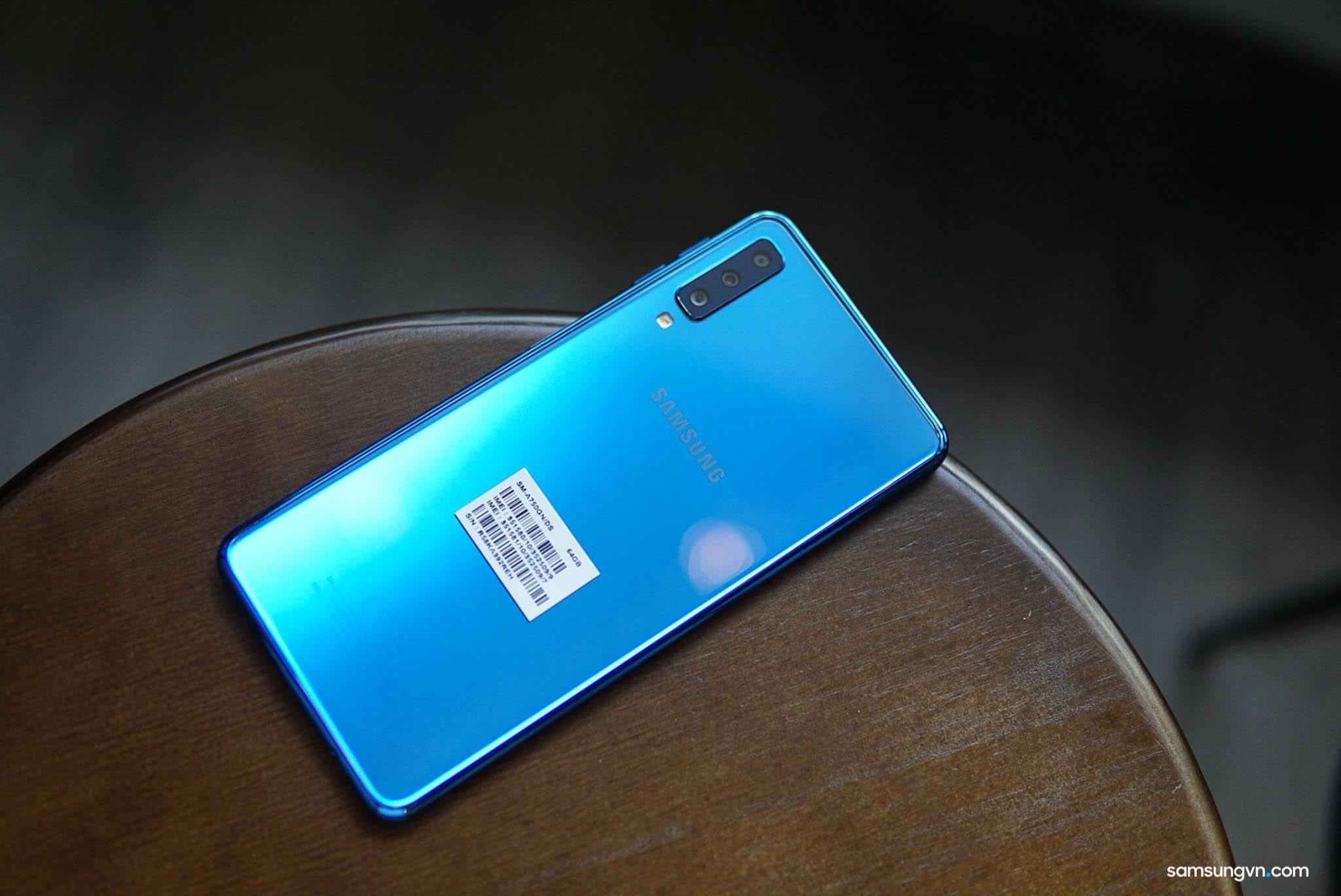 Mở hộp Galaxy A7 (2018): máy đẹp, có tặng dán màn hình và ốp lưng