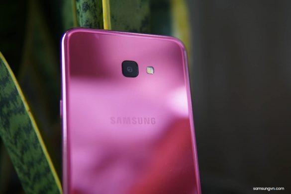 Mở hộp Galaxy J4+ Hồng Anh đào: màu sắc trẻ trung, món quà cho phái đẹp