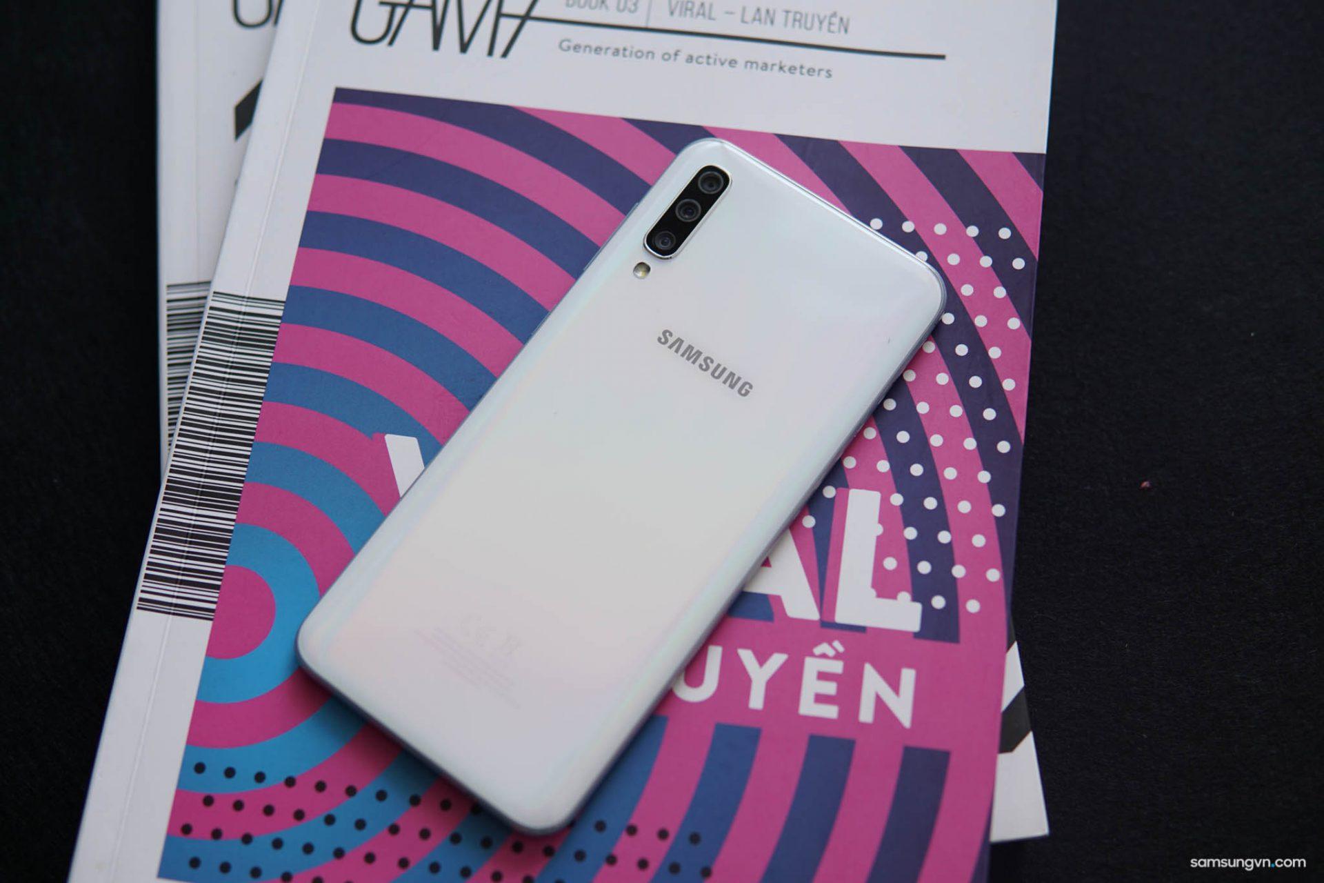 Mở hộp smartphone tầm trung hot nhất hiện nay Galaxy A50 Trắng ngọc trai (bản thương mại tại Việt Nam)
