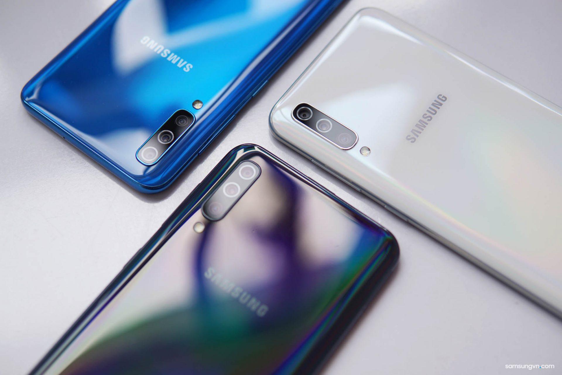 """Bộ sưu tập 3 màu sắc thời thượng, chuyển màu độc đáo của """"smartphone mọi đột phá"""" Galaxy A50"""
