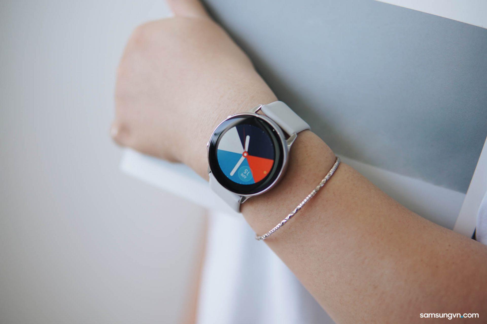 Mở hộp và chia sẻ trải nghiệm Galaxy Watch Active: thiết kế thời trang, năng động, nhiều tính năng thể thao hay, phù hợp với các bạn nữ!