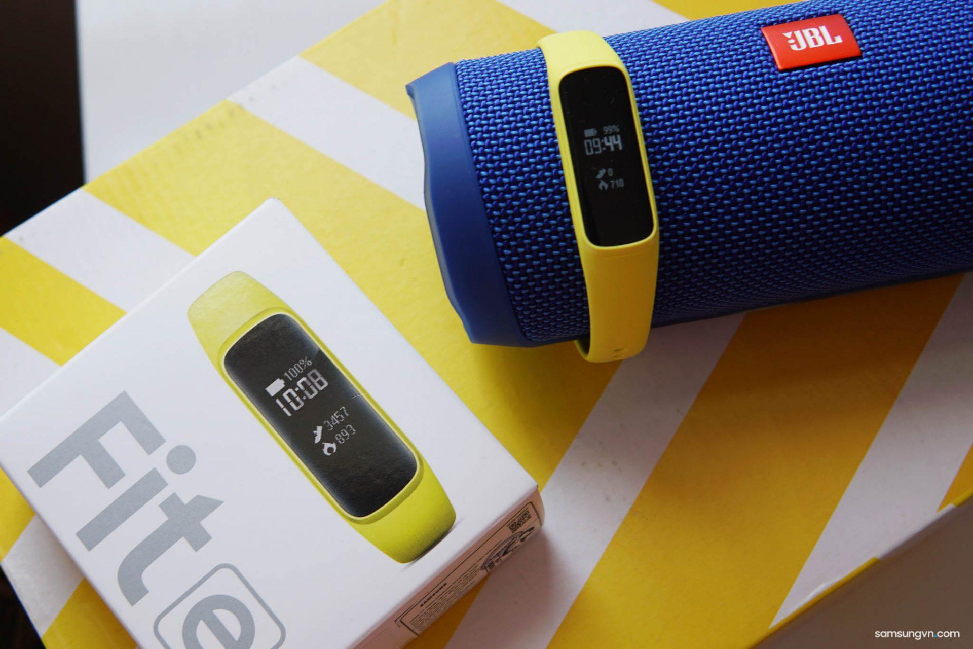 Mở hộp và chia sẻ nhanh Galaxy Fit e: nhỏ gọn, đa năng, giá chỉ 990K