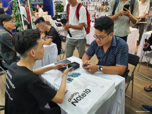 Tưng bừng như hội ngày mở bán Galaxy Note10 | Note10+ tại Việt Nam